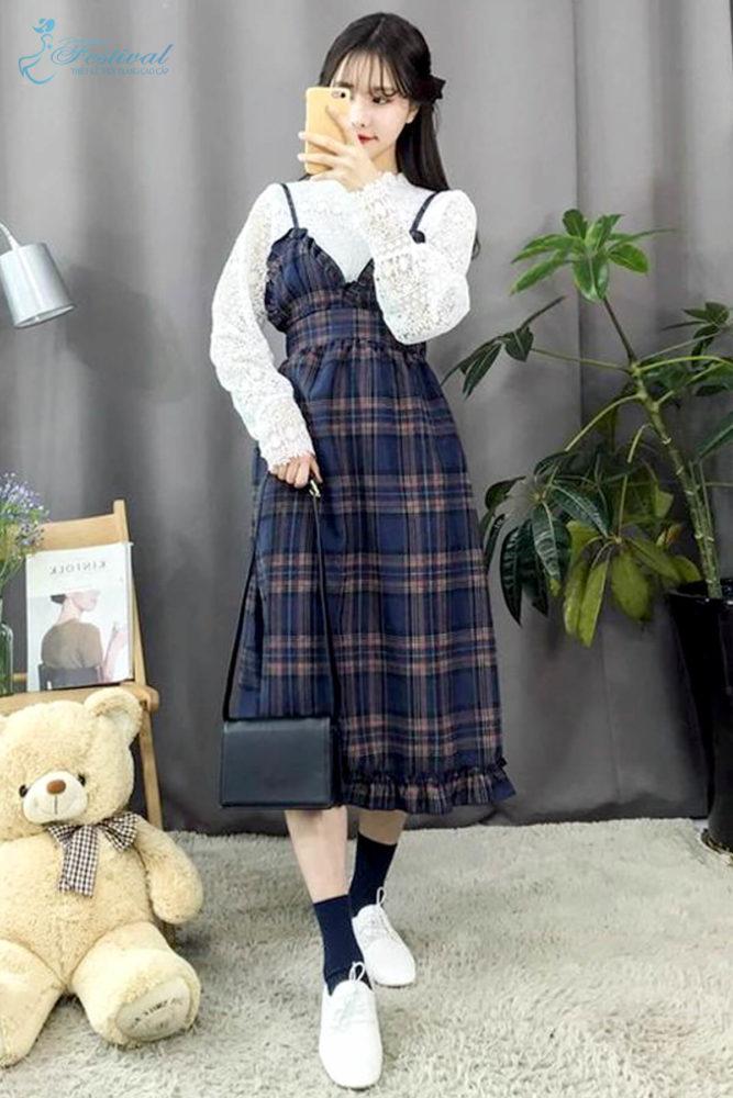 Kiểu váy hai dây xẻ ngực sexy vẫn có thể chưng diện trong ngày dịu mát vì được mix thêm áo blouse.