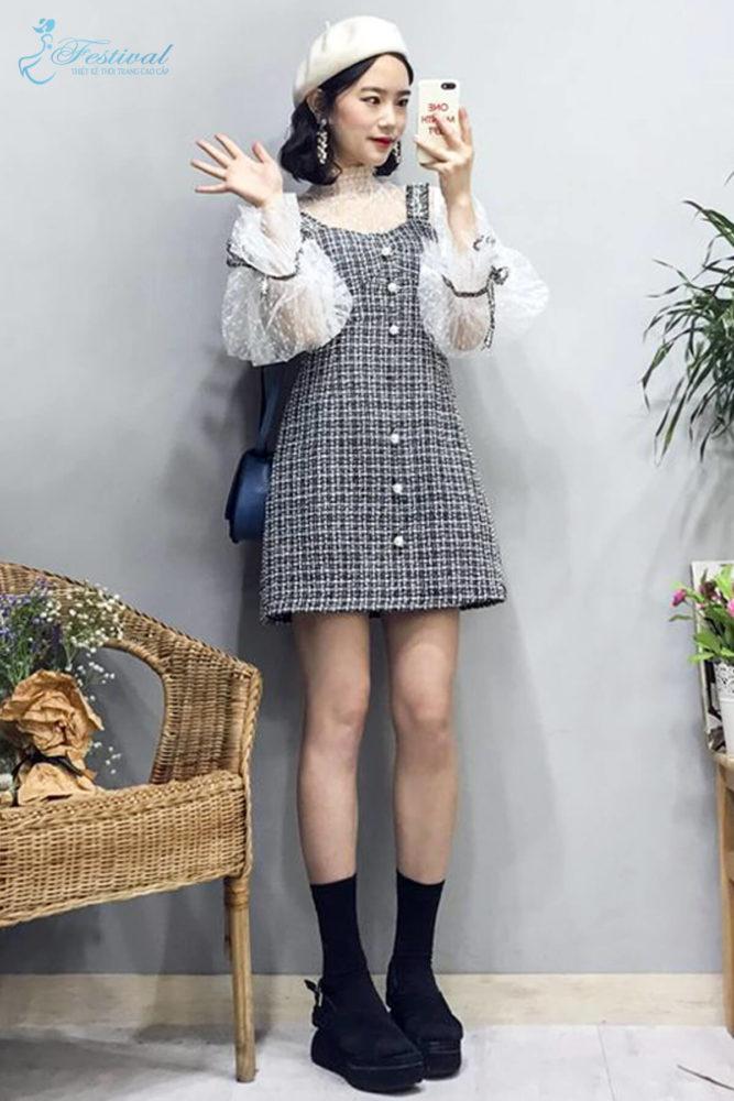 Chọn đầm vải tweed để phối cùng các kiểu áo ren mỏng cũng là cách giúp bạn gái trở nên sành điệu hơn trong xu hướng thu đông năm nay.