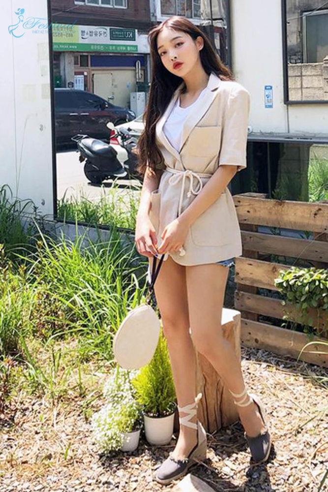 Áo balzer ngắn tay được chọn lựa để mix cùng short theo phong cách giấu quần. Kiểu trang phục phù hợp với các bạn gái có vóc dáng mảnh và đôi chân thon gọn.