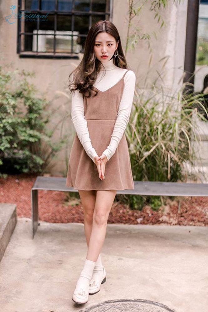 Phối đồ với váy hai dây phù hợp với mùa thu - Ảnh 1