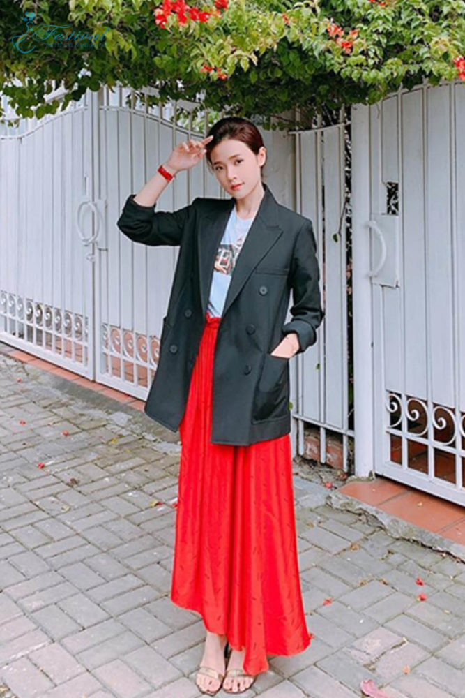 Ngoài các kiểu váy liền thân ảnh hưởng phong cách vintage, những mẫu chân váy cũng được sao Việt sử dụng khi phối đồ street style. Midu chọn blazer dáng rộng để phối cùng chân váy tông màu bắt mắt.