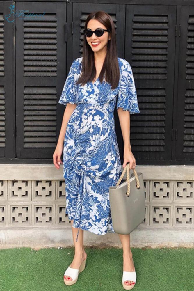 Họa tiết da thú và kẻ sọc ca rô đang trỗi dậy mạnh mẽ ở xu hướng thu đông 2018. Thế nhưng các kiểu váy in hoa tôn nét dịu dàng vẫn được Tăng Thanh Hà và nhiều sao Việt yêu thích.