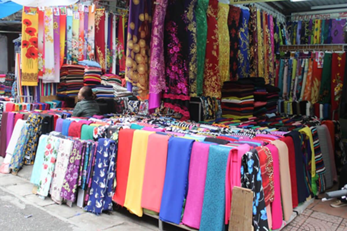 Khảo sát giá vải may áo dài ngày Tết Nguyên Đán - Ảnh 1