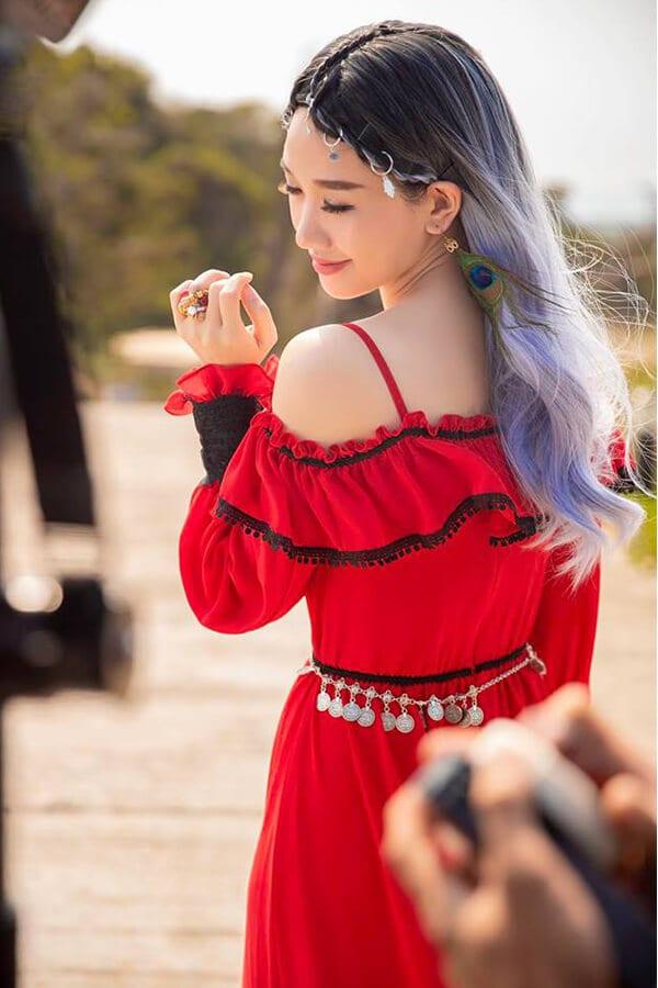 """Những kiểu thời trang ấn tượng trong MV """"Vì em vẫn"""" của Hari Won - Ảnh 5"""