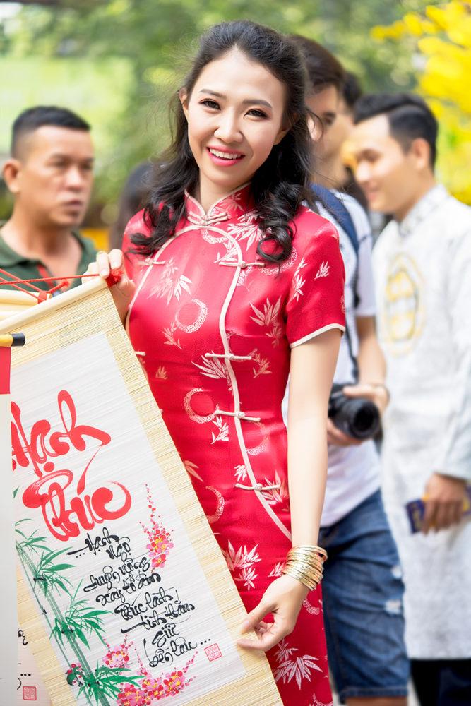 """Sắc đỏ rực rỡ - Ảnh 1 - """"Sườn xám"""" - Sức hấp dẫn từ trang phục tôn dáng cho phái đẹp"""