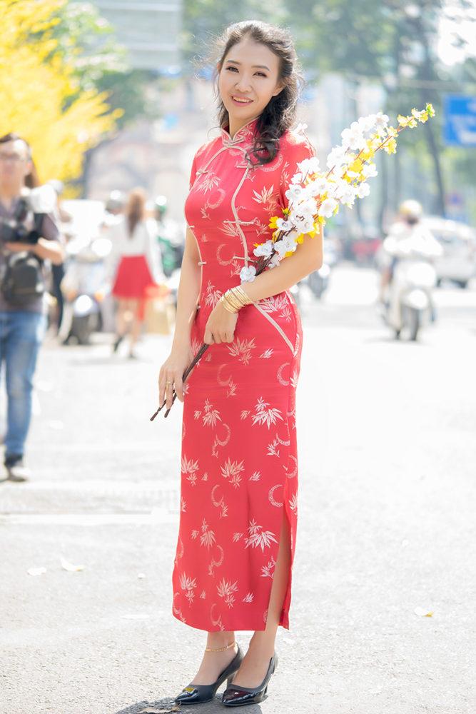 """Sắc đỏ rực rỡ - Ảnh 2 - """"Sườn xám"""" - Sức hấp dẫn từ trang phục tôn dáng cho phái đẹp"""