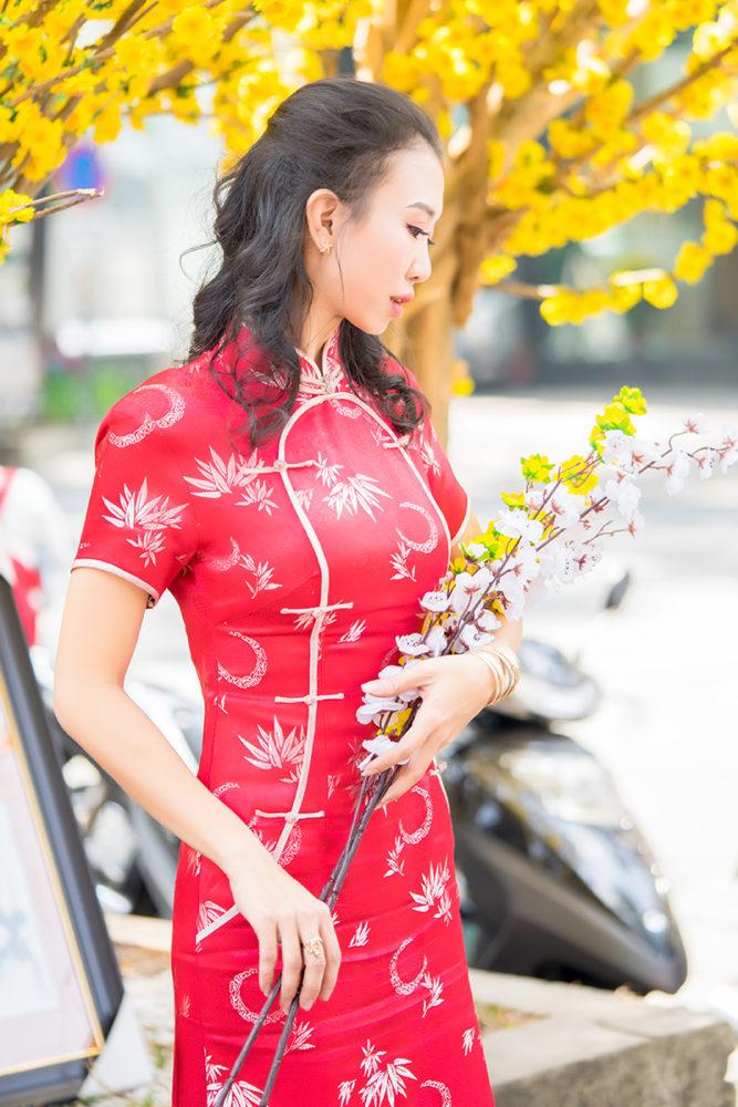 """Sắc đỏ rực rỡ - Ảnh 3 - """"Sườn xám"""" - Sức hấp dẫn từ trang phục tôn dáng cho phái đẹp"""