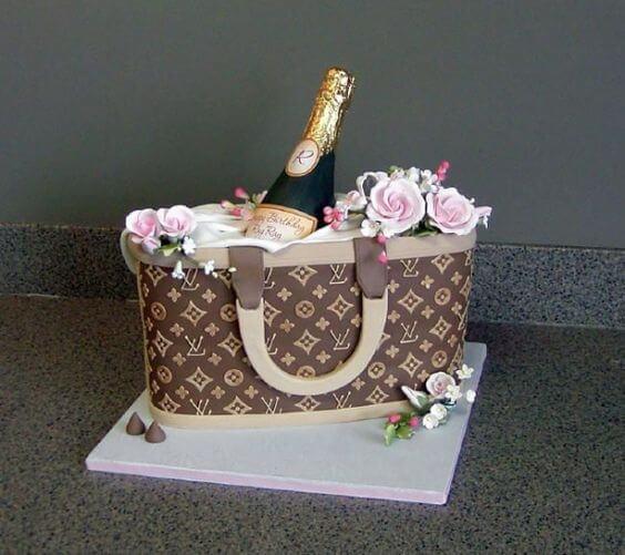 Bánh sinh nhật hình chai rượu nổi bật cùng với chiếc giỏ - Thích thú với những mẫu bánh sinh nhật của tín đồ thời trang