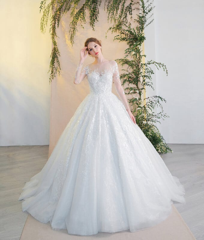 Bộ sưu tập váy cưới năm 2019 của nhà mốt mang kiểu dáng sang trọng, thanh lịch với những đường cắt tôn dáng.