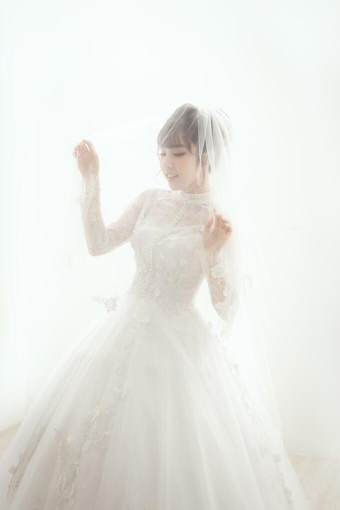 Mẫu váy cưới 2 trong 1 tay dài kín đáo với điểm nhấn là họa tiết ren 3D - Ảnh 1