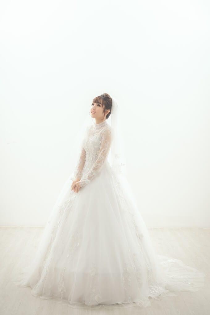 Mẫu váy cưới 2 trong 1 tay dài kín đáo với điểm nhấn là họa tiết ren 3D - Ảnh 2