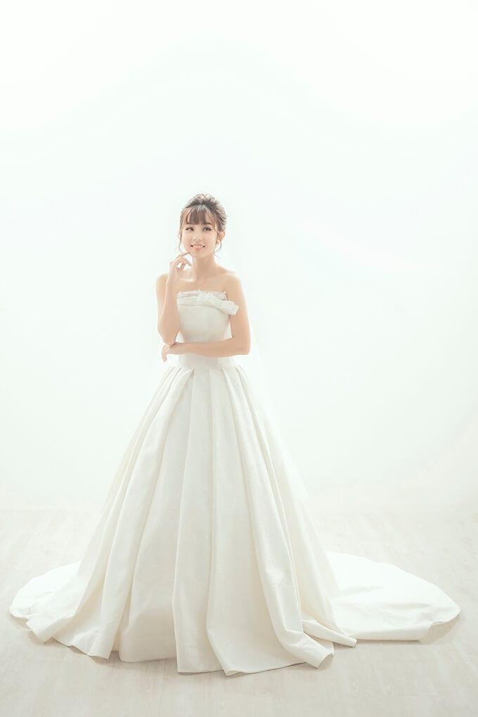 Váy được làm từ chất liệu tafta vân hoa của Italy, có thiết kế sang trọng, cổ điển, phom dáng váy - Ảnh 1