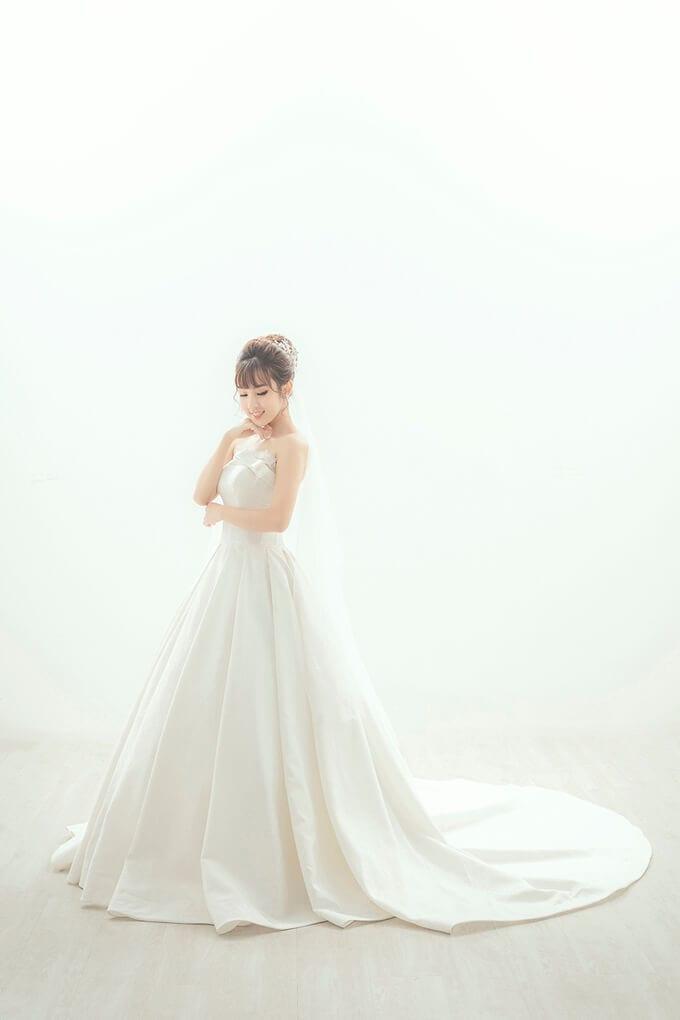 Váy được làm từ chất liệu tafta vân hoa của Italy, có thiết kế sang trọng, cổ điển, phom dáng váy - Ảnh 2