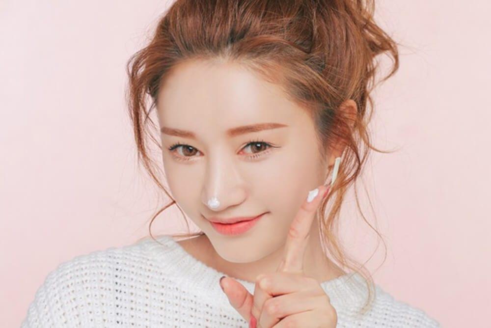 Dùng sản phẩm chống lão hóa da - Những cách chăm sóc da mặt được ưa chuộng ở xứ Hàn