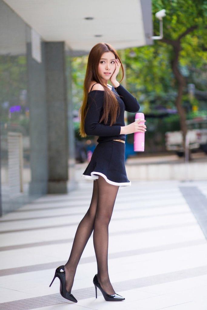Áo trễ vai + Chân váy ngắn + Quần tất + Giày cao gót