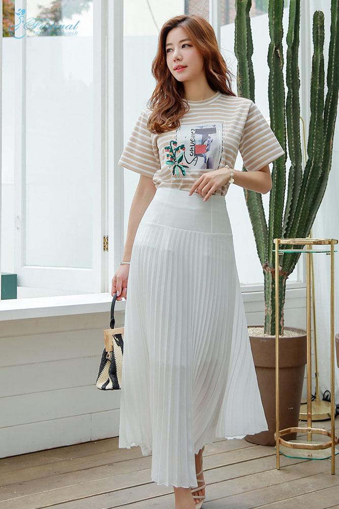 Mix chân váy dài xếp lý với áo phông