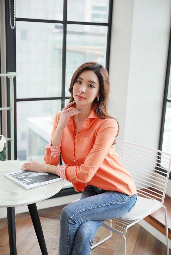 Mặc áo sơ mi sáng màu phối cùng quần jean tăng thêm phần nữ tính