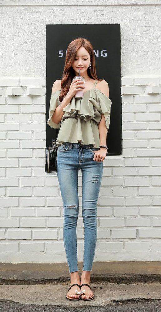 Áo voan trễ vai hai dây bèo dáng xòe + Quần jeans