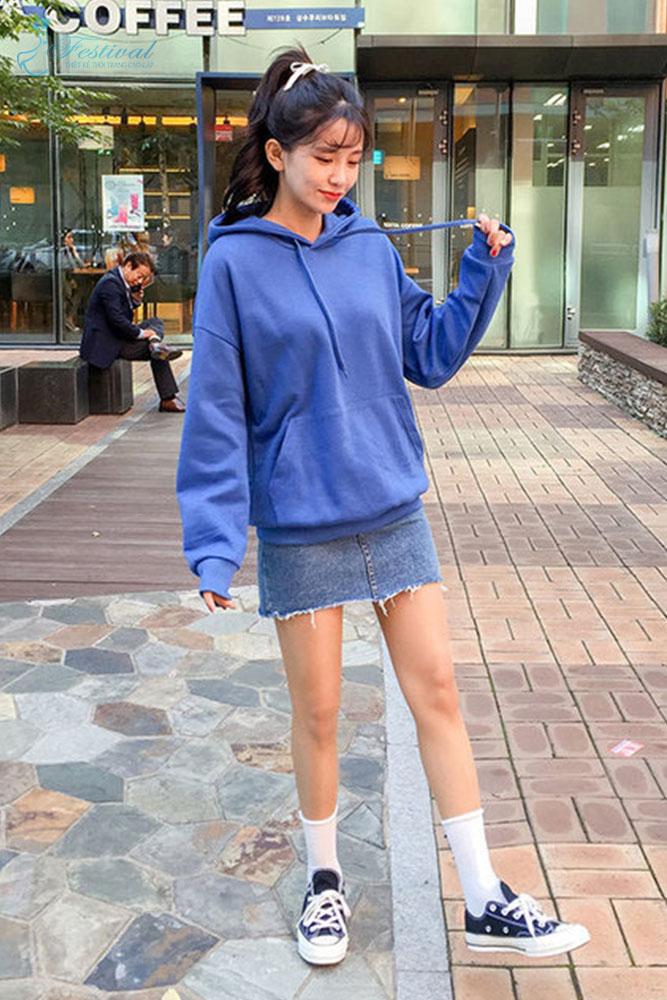 Mix chân váy với áo hoodie