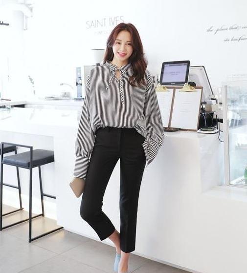 Sơ mi đen trắng - 36+ Kiểu áo sơ mi nữ dễ thương diện nơi công sở, đi học, đi làm...