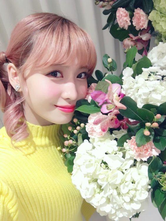 Tận dụng những thứ xinh đẹp như hoa, gấu bông sẽ khiến bức hình thêm lung linh hơn khi chụp hình selfie - Ảnh 2