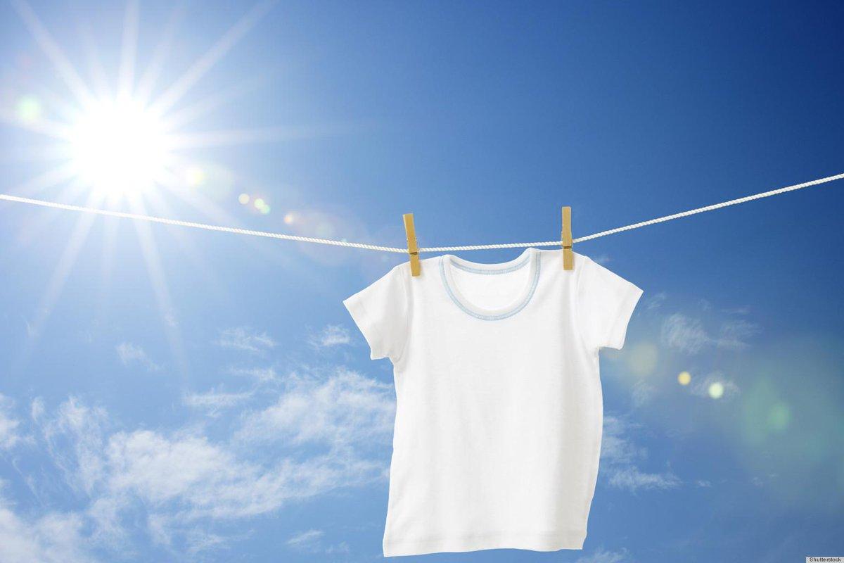 Khi đồ trắng vừa được giặt xong và còn ướt, hãy phơi dưới ánh mặt trời để làm trắng chúng một cách tự nhiên.