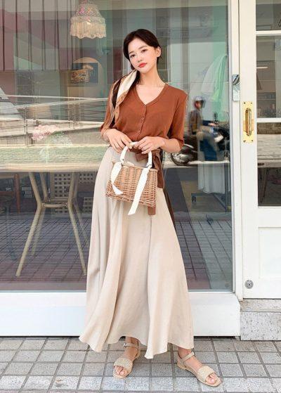 Tông nâu phối cùng chân váy dài như thế này lại thướt tha yêu kiểu thu hút lắm luôn nè