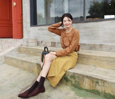 Áo cổ vuông mix cùng chân váy sẻ tông nâu + vàng siêu bắt mắt luôn