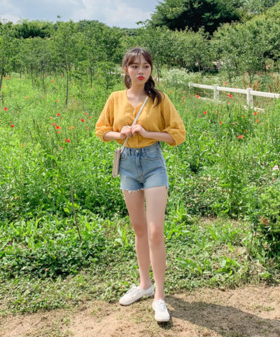 Áo blouse mix quần jean mang cảm giác vừa dịu dàng những vẫn cực kì trẻ trung