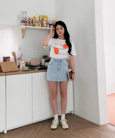 Trẻ trung với áo thun in chữ mix chân váy jean