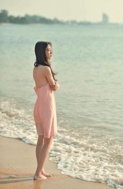 Đẹp mong manh với váy voan mỏng hở lưng - Ảnh 1