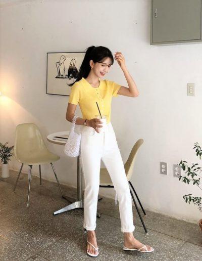 Đáng yêu, xinh xắn hơn với tông áo vàng, quần trắng!