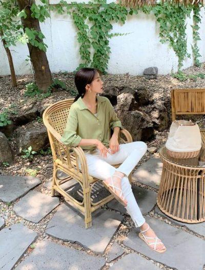 Một chút phong cách cho ngày nắng khi diện sơ mi trơn tông rêu cùng jeans bó đầy quyến rũ