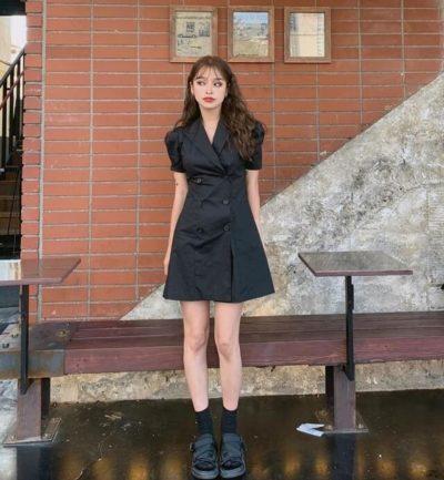 Một chút lẽn bẽn cùng bộ đầm cổ vest, đen quyến rũ đấy ngen!!