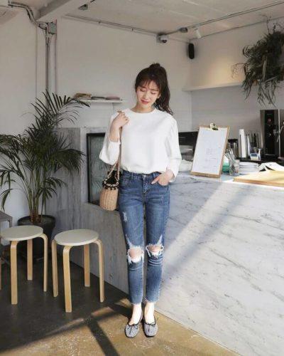 Những ngày cạn kiệt ý tưởng, hãy thử áo dáng rộng dài tay và jean rách, phá cách mà cực dễ áp dụng