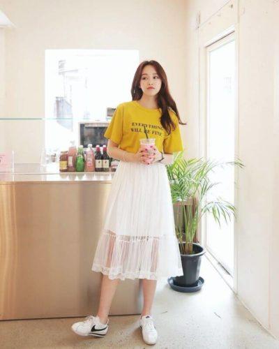 Váy bánh bèo mix cùng áo phông sáng màu, chính là ngọt ngào mix cùng phóng khoáng, sợ gì không thử?