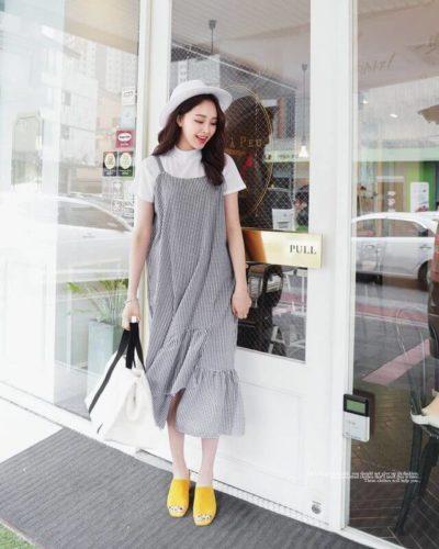 Váy sọc 2 dây đi cùng áo phông trắng nhanh chóng giúp bạn giảm đi mấy tuổi