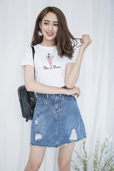 Chân váy Jean rách sáng màu mix với áo phông trắng - kiểu mix đơn giản mà lại trẻ trung - Ảnh 1