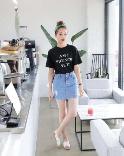 Chân váy jean kết hợp với áo phông đen cho những cô nàng mũm mĩm- Ảnh 1
