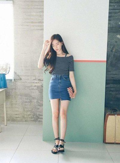 Chân váy jean kết hợp với áo phông đen cho những cô nàng mũm mĩm- Ảnh 2