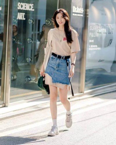 Bạn đã thử style này chưa? Kết hợp chân váy bò ôm ngắn với áo T- shirt dáng rộng, tạo nên một chiếc váy bò hai tầng lạ mắt