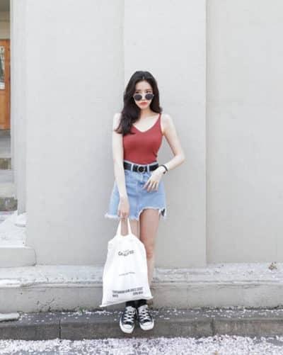Vô cùng nữ tính và quyến rũ khi diện áo hai dây với chân váy jean nha - Ảnh 2