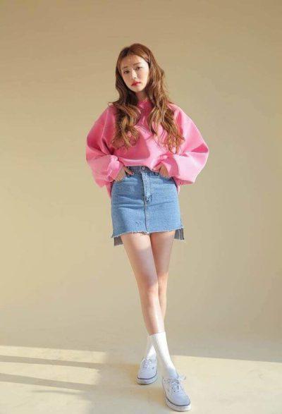 Mix chân váy Jean với áo nỉ free size chuẩn phong cách Hàn đây rồi - Ảnh 1