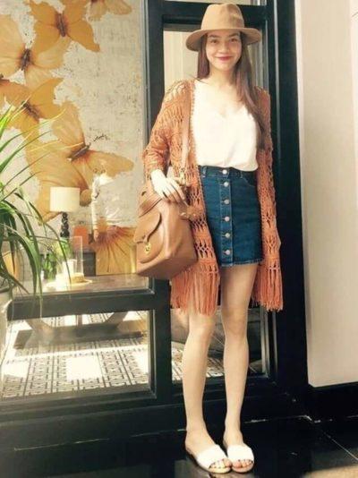Hơi lạnh trời mặc chân váy jean với áo khoác cardigan dài giống Hà Hồ thì chuẩn công thức phối đồ rồi