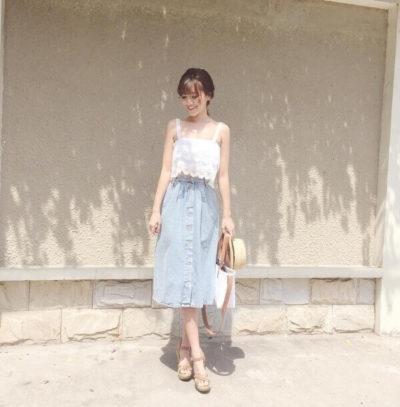 Chân váy Jean midi mix với áo hai dây quai to siêu yêu luôn