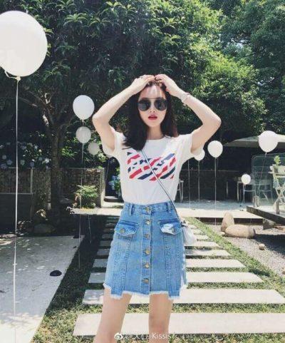 Chân váy Jean rách sáng màu mix với áo phông trắng - kiểu mix đơn giản mà lại trẻ trung - Ảnh 4