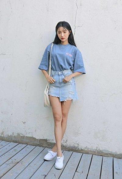 Chân váy bò rách dáng chữ A kết hợp với áo phông màu cũng rất hợp đấy chứ