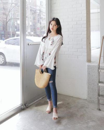 Mix quần jeans rách gối cực ăn ý với áo sơ mi thêu hoa