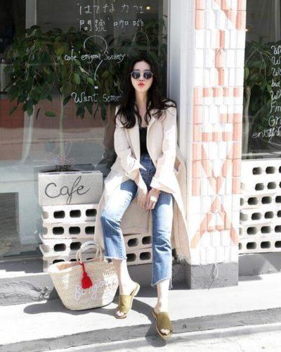 Đơn giản nhưng nổi bật với quần jeans rách ống cùng áo blazer
