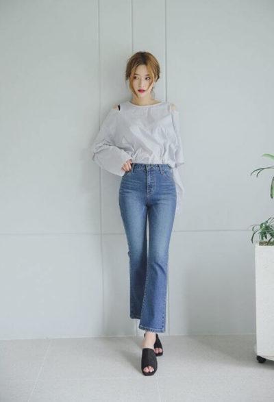 Nhẹ nhàng nhưng rất tinh tế với jeans và áo hở vai